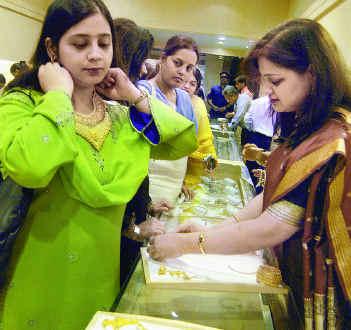 saree-n-dresses-in-a-shop